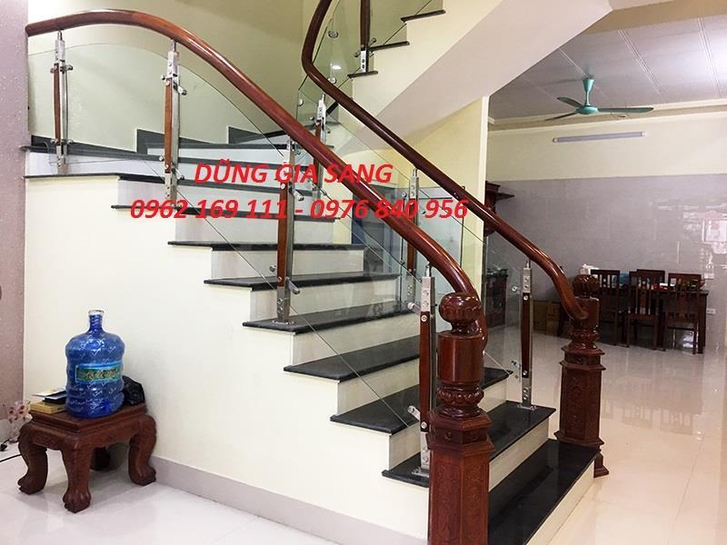 Cầu thang kính tay vịn gỗ thi công tại Hà Đông