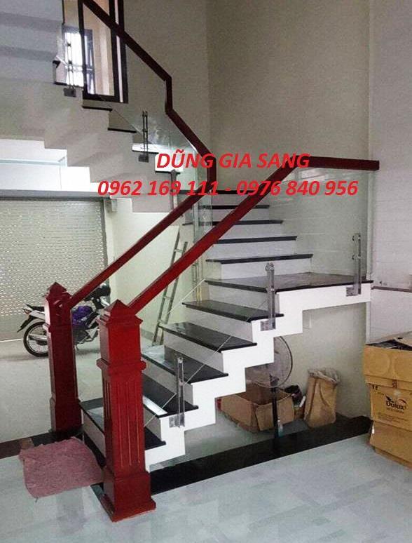 CT Cầu thang kính chân  lửng ốp má ngoài thi công tại Long Biên